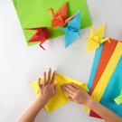 Origamis coloridos com giz de cera e cola glitter