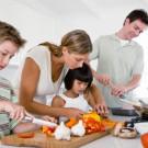 Crianças ajudando em casa